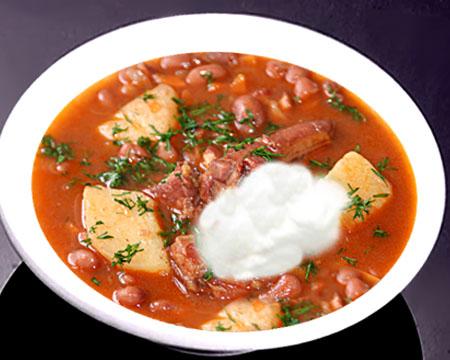 Фасолевый суп на мясном бульоне в тарелке