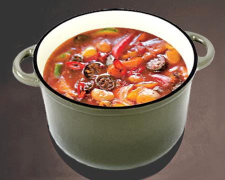 Фасолевый суп с запеченными овощами в кастрюле
