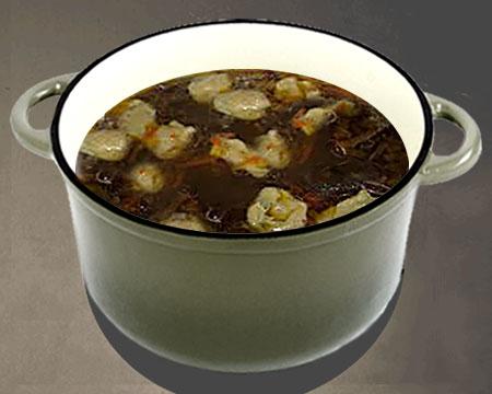 Грибной суп с клецками в кастрюле
