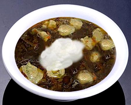 Грибной суп с клецками в тарелке
