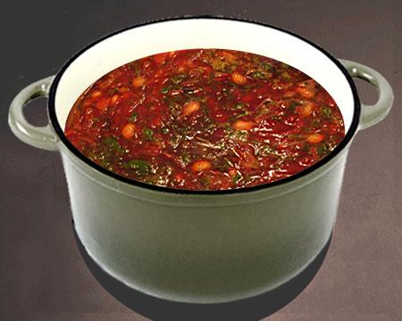 Красный борщ с консервированной фасолью в кастрюле