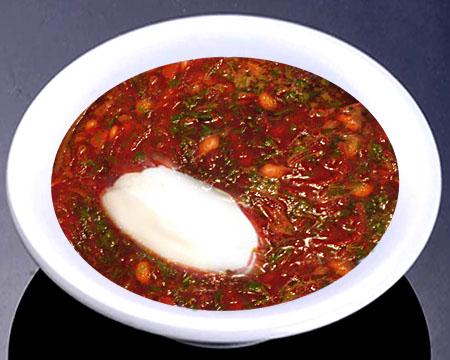 Красный борщ с консервированной фасолью в тарелке