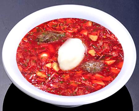 Красный борщ с тушенкой в тарелке