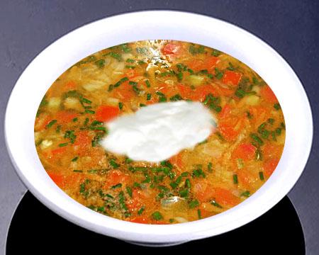 Овощной суп с кабачками в тарелке