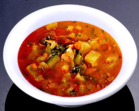 суп из печеных овощей в тарелке