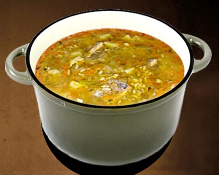 Суп рассольник с перловкой и солеными огурцами в кастрюле