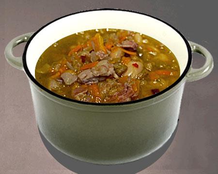 Суп из чечевицы с беконом в кастрюле
