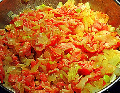 зажарка из бекона, лука, моркови, паприки и помидор