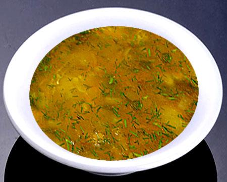 Суп из чечевицы с маринованными огурцами в тарелке