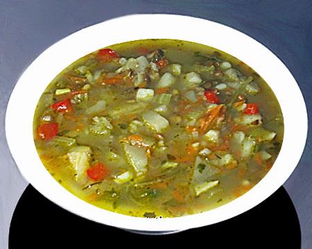 Суп из чечевицы с сельдереем в тарелке