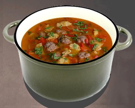 Суп с фрикадельками и клецками в кастрюле