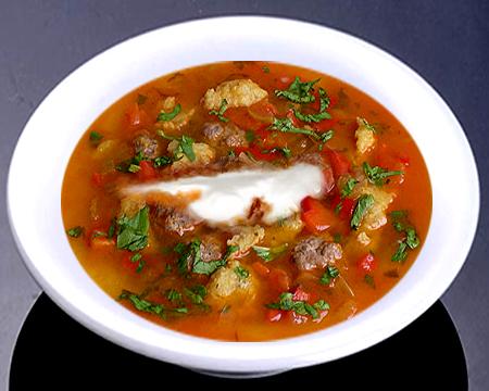 Суп с фрикадельками и клецками в тарелке