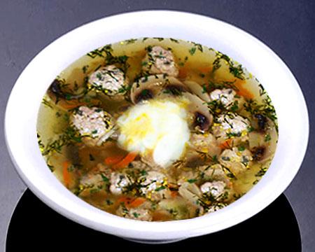Грибной суп с фрикадельками в тарелке