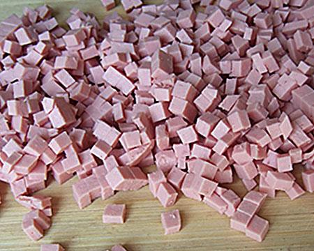 колбаса, нарезанная кубиками