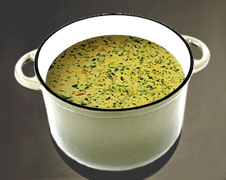 Сырный суп с зеленью в кастрюле